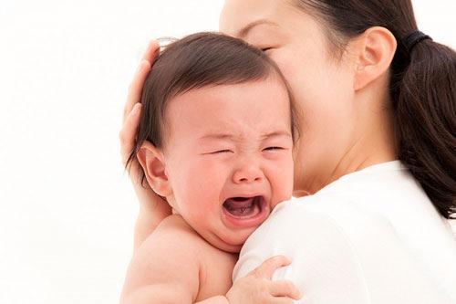 Ứng xử đúng trước tiếng khóc của trẻ