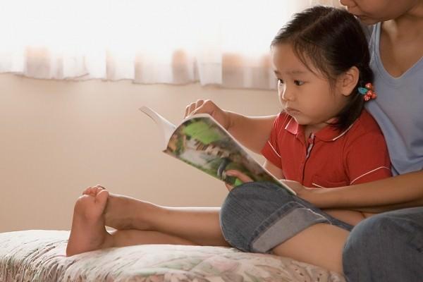 Chọn sách cho con đọc chơi...