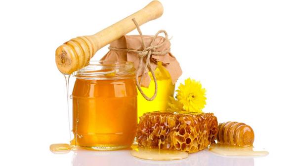 Không nên cho trẻ dưới 1 tuổi ăn mật ong